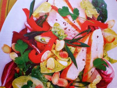 Фото салата с куриным филе и миндальными лепестками